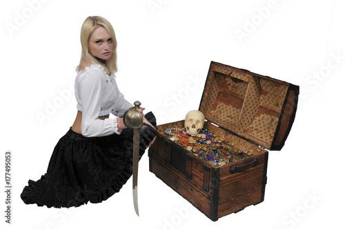 Fotografia Woman pirate opening chest