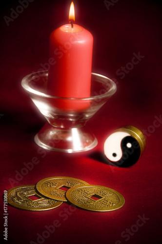 Zdjęcie XXL Yin Yang, orientalne chińskie monety na szczęście, czerwona świeca jak koncepcja chińskiej astrologii i chińskich tematów ezoterycznych i wierzeń orientalnych