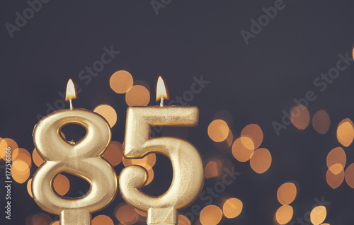 Cuadros en Lienzo Gold number 85 celebration candle against blurred light background