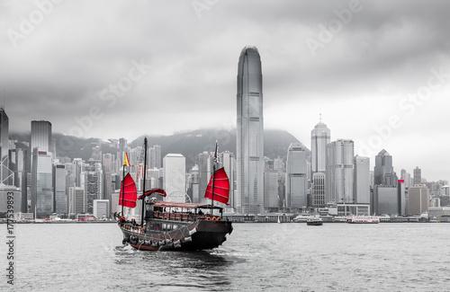 Foto op Aluminium Hong-Kong Hong Kong Skyline und Schiff mit roten Segeln