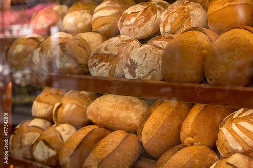 Fotografia Farmhouse bread on the show window