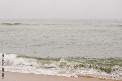 Fotografie, Obraz  Nordseeküste an einem kalten, windigen und regnerischen Herbsttag mit grauem Him