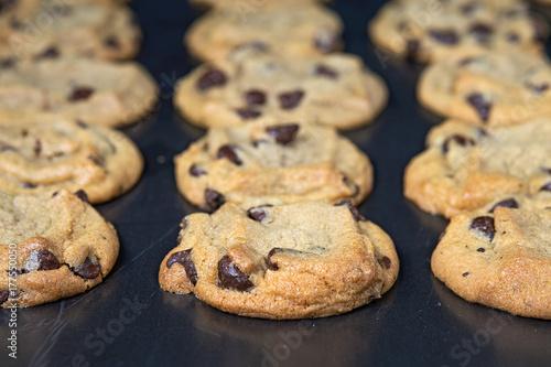 In de dag Koekjes close up of homemade chocolate chip cookies on baking sheet