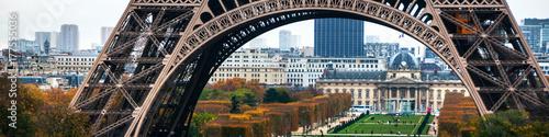 Poster de jardin Tour Eiffel Eiffel Tower and Champ de Mars with people in Paris, France