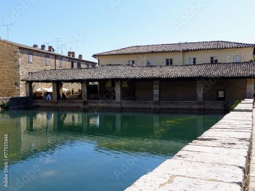 Loggia rinascimentale della cittadina di bagno vignoni in toscana