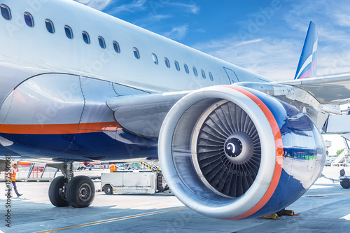 Plakat Samolotu zamknięty up silnik z niebieskim niebem