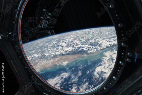 Plakat Widok planety Ziemia z okna stacji kosmicznej 3D renderowania elementów tego zdjęcia dostarczone przez NASA