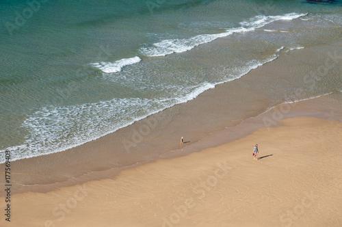 Plakat plaża widziana z nieba z dwoma postaciami