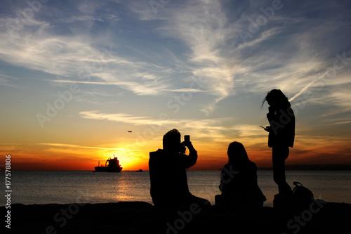 Photo  gün batımını izleyen insanlar