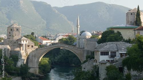 Plakat Stari najbardziej jest otomańskim mostem w Mostarze