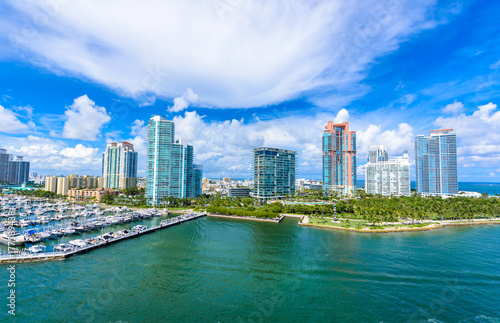 Plakat South Pointe Park i molo w South Beach, Miami Beach. Widok z lotu ptaka. Raj i tropikalne wybrzeże Florydy, USA.