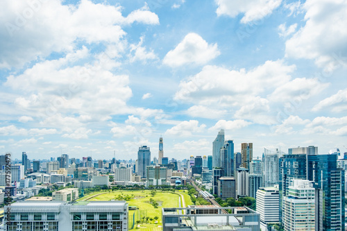 Plakat Cityscpae Bangkok gromadzki Thailand z niebieskim niebem i chmurą.