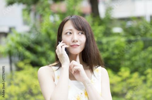 Fotografía  スマホで会話する女性
