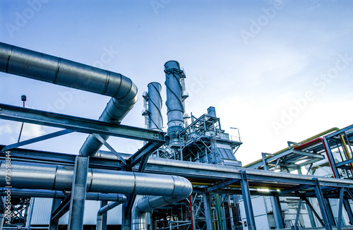 Foto Industrial view at oil refinery plant form industry zone with cloudy sky
