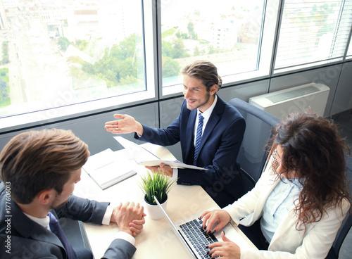 Plakat Rozmowa kwalifikacyjna z pracodawcą, biznesmen słuchać odpowiedzi kandydata.