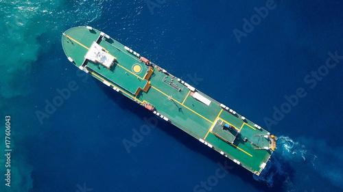 Obraz na płótnie Duży statek RoRo (Roll on / off) pływający po Morzu Śródziemnym
