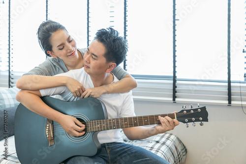 Plakat Pary grające na gitarze