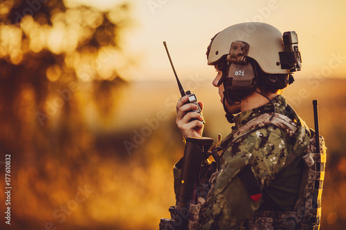 Fotomural  military soldier with weapons at sunset