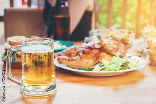Zdjęcie XXL Strona piwo i kurczak z grilla zadowolony korzystających w domu