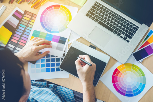 Photo  Graphic designer drawing on graphics tablet at workplace