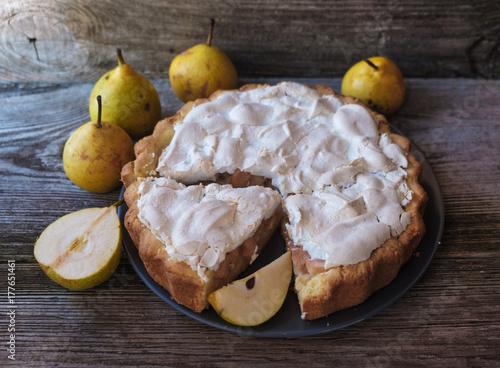 Zdjęcie XXL domowe ciasto z nadzieniem gruszkowym i bezą