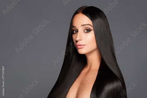 Plakat Portret atrakcyjna kobieta z prostym włosy na szarym tle