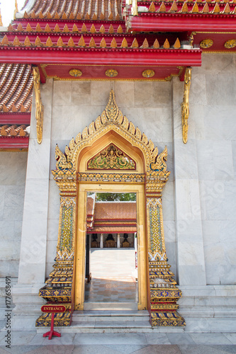 Poster Pekin The door of famous marble Buddhist temple of Wat Benchamabophit, Bangkok, Thailand