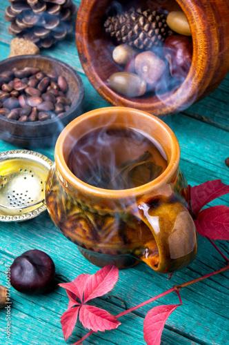 Zdjęcie XXL parze filiżankę herbaty jesienią