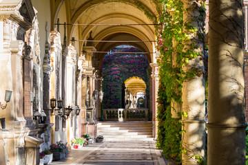Ranojutarnje sunčeve zrake koje obasjavaju arkade poznatog groblja Mirogoj u Zagrebu, Hrvatska