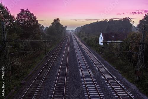 Obraz Bahnstrecke bei Sonnenuntergang - fototapety do salonu