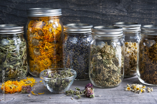 Stickers pour portes Condiment Herbs in jars