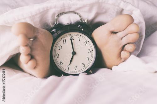 Fotomagnes Męskie nogi i budzik
