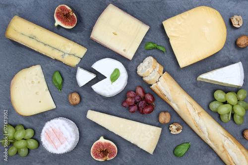 Plakat Płyta serowa z sera szwajcarskiego chleba Camembert łupek z góry