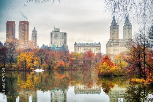 Photographie The lake in Central park, New York City at autumn day, USA