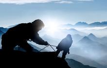 Hilfe Beim Aufstieg - Bergstei...