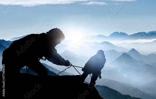 Poster Hilfe beim Aufstieg - Bergsteiger auf einem Gipfel im Hochgebirge