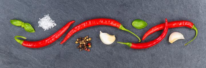 Fototapeta Przyprawy Rote scharfe Peperoni Pfeffer kochen Zutaten Banner Schiefertafel Hintergrund von oben