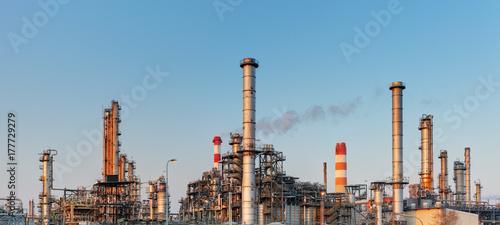 Fototapeta Fabryka z zanieczyszczeniem powietrza, przemysł naftowy