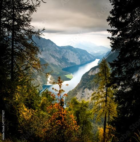 Plakat Kolorowi drzewa z górami i jeziorem. Park Narodowy Berchtesgaden.