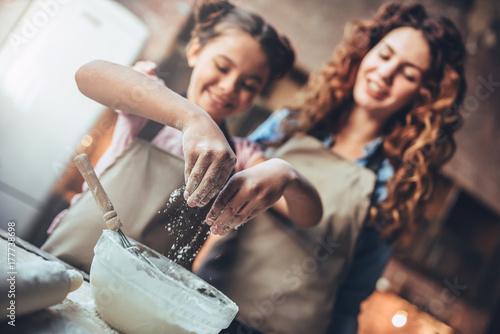 Plakat Mama z córką w kuchni.