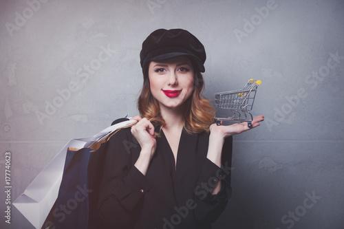 Zdjęcie XXL Styl rude dziewczyny w kapeluszu z torby na zakupy i wózek