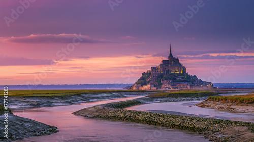 Plakat Mont Saint-Michel widok w świetle słońca. Normandia, północna Francja