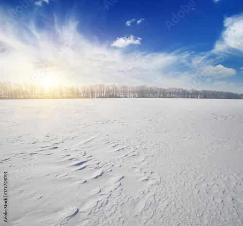 Zdjęcie XXL Snowcovered pola na niebieskim niebie