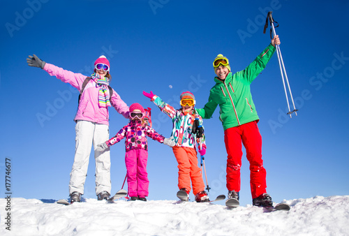 Tuinposter Wintersporten family in alpin ski resort