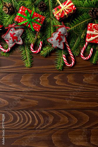 Zdjęcie XXL Bożenarodzeniowy tło z kolorowymi prezentów pudełkami i dekoracjami nad drewnianym stołem