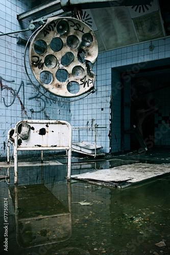 Photo sur Aluminium Ancien hôpital Beelitz Verlassener Horror OP-Saal im ehemaligen Krankenhaus