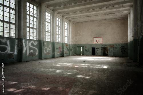 Fotografija  Verfallene Turnhalle in einer verlassenen sowjetischen Kaserne