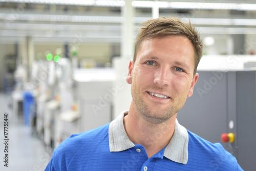 Portrait lächelnder Arbeiter in einer Industrieanlage // Portrait of smiling workers in an industrial plant