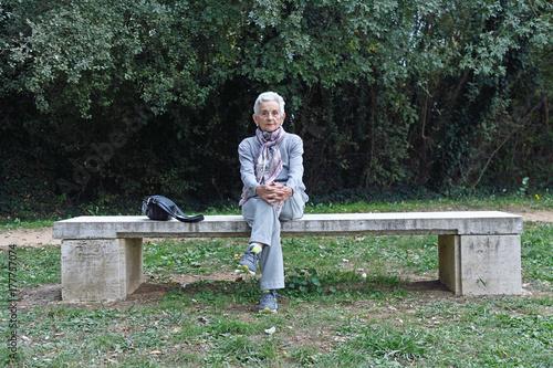 Zdjęcie XXL starszy kobieta siedzi samotnie na ławce w parku