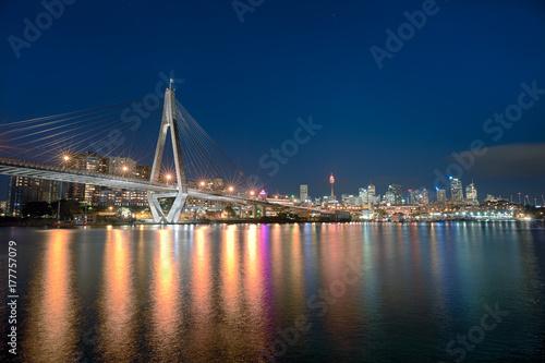 nocny-widok-na-anzac-bridge-most-w-sydney